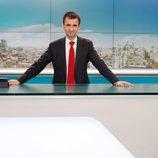 José Pablo López es fotografiado en el plató de los informativos de Telemadrid