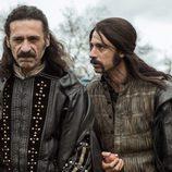 Nacho Fresneda y Hugo Silva, durante una de sus aventuras en 'El Ministerio del Tiempo'