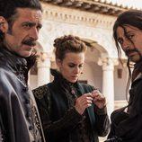 Nacho Fresneda, Aura Garrido y Hugo Silva, en el Siglo de Oro en 'El Ministerio del Tiempo'