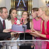 Todo el equipo de 'Corazón' sopla las velas de la tarta
