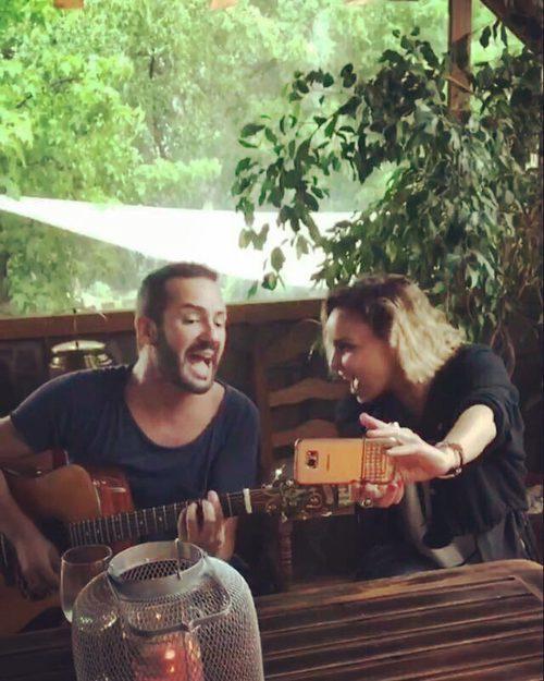 Alejandro Pareño y Chenoa cantando mientras se graban con el móvil