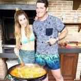 Natalia Rodríguez y Manu Tenorio ('Operación Triunfo') haciendo una paella