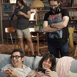 Berto Romero y Eva Ugarte se ríen durante el rodaje de 'Mira lo que has hecho'