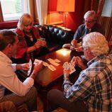 Participantes de 'Hotel Romántico' juegan la baraja de cartas española