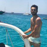 Rubén Bernal ('El secreto de Puente Viejo') posa con el torso desnudo en un barco