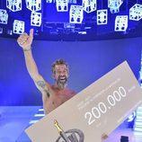 José Luis posa con el cheque ganador en la final de 'Supervivientes 2017'