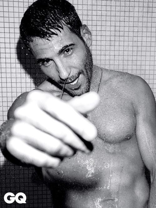 Miguel Ángel Silvestre posa semidesnudo en la ducha para la portada de GQ