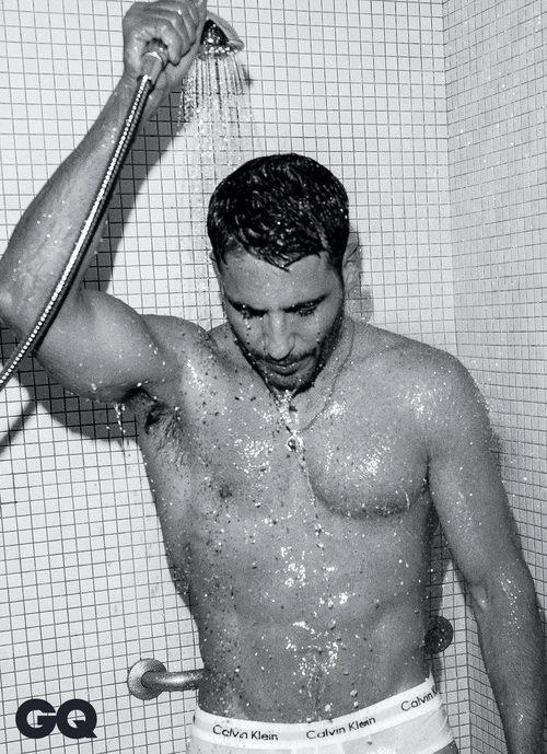 MIguel Ángel luce cuerpo en la ducha para un reportaje de GQ México