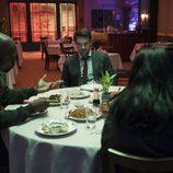 Los protagonistas de 'The Defenders' en una mesa