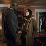 Luke Cage y Claire Temple conversan en 'The Defenders'