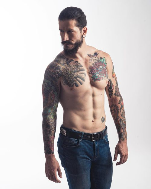 Daniel G. Prim con el torso desnudo