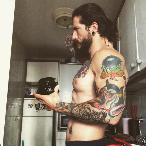Daniel G. Prim posa, sin camiseta, en la cocina de su casa