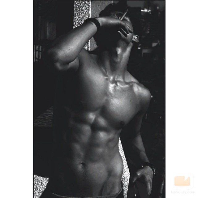 Charles Melton posa desnudo con un cigarro