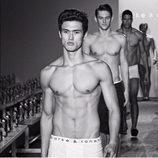 Charles Melton ('Riverdale') desfila como modelo de ropa interior