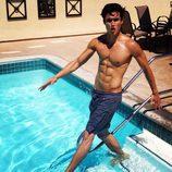 Charles Melton, desnudo en la piscina