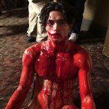 Charles Melton ('Riverdale'), desnudo y cubierto de sangre en 'American Horror Story'