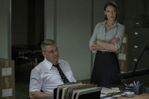 Holt McCallany (Bill Tench) y Anna Torv (Wendy) en 'Mindhunter'