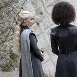 Daenerys y Missandei observan a Jon Nieve en el 7x04 de 'Juego de Tronos'