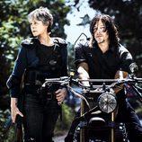 Melissa McBride (Carol Peletier) junto a Norman Reedus (Daryl Dixon) en la 8ª temporada de 'The Walking Dead'