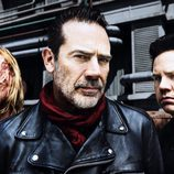 Austin Amelio (Dwight), Jeffrey Dean Morgan (Negan) y Josh McDermitt (Eugene Porter) en la 8ª temporada de 'The Walking Dead'