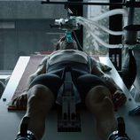 Bryan Fogel elevado en un camilla en 'Ícaro'