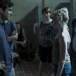 Marty Byrde habla con una joven en 'Ozark'