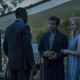 Wendy y Marty hablan con un hombre en 'Ozark'