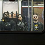 Luke Cage, Jessica Jones y Matt Murdock en un tren en 'The Defenders'