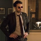 Pose de Matt Murdock con gafas en 'The Defenders'
