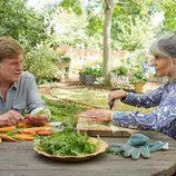 Louis Water y Addie Moore se miran en el campo en 'Nosotros en la noche'