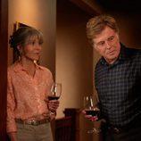 Louis Water y Addie Moore con una copa de vino en 'Nosotros en la noche'