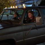 Louis Water y Addie Moore juntos en el coche en 'Nosotros en la noche'