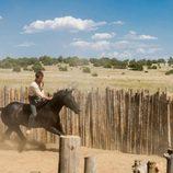 Jack O'Connell montado a caballo en 'Godless'