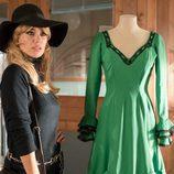Patricia Conde (Brigitte Bardot) junto a un vestido verde en 'Velvet colección'