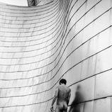 Jon Kortajarena posa desnudo frente al Guggenheim de Bilbao