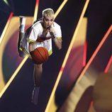 Katy Perry vuela con un balón de baloncesto en los MTV VMA 2017
