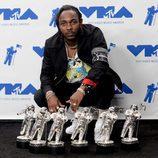Kendrick Lamar posa con sus premios en los MTV VMA 2017