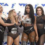 Fifth Harmony posa con su premio en los MTV VMA 2017