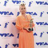 Pink posa con su premio en los MTV VMA 2017