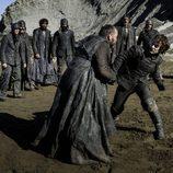 Theon Greyjoy peleando contra uno de sus hombres en el 7x07 de 'Juego de Tronos'
