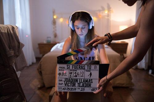 María Pedraza escucha música en una escena de 'Si fueras tú'