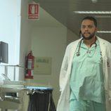 Un médico, uno de los protagonistas de 'Héroes, más allá del deber'