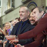El protagonista de 'Estoy vivo', Javier Gutiérrez, posa junto a sus fans en el FesTVal
