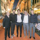 Pau Donés y Daniel Écija posan con parte del equipo en la inauguración de 'Estoy vivo'