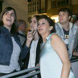 Goizalde Núñez, de 'Estoy vivo', posa con fans en el estreno de la serie en el FesTVal