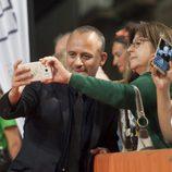Una fan se hace un selfie con Javier Gutiérrez en el estreno de 'Estoy vivo' en el FesTVal