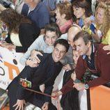 Alejo Sauras se fotografía con sus fans en el estreno de 'Estoy vivo' en el FesTVal