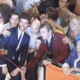 El actor Alfonso Bassave posa junto a sus fans en el FesTval en la inauguración 'Estoy vivo'