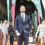 Pose de Alfonso Bassave en la alfombra naranja del FesTVal en el estreno de 'Estoy vivo'