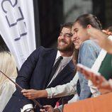 Selfie de Alfonso Bassave con dos fans en el estreno de 'Estoy vivo' en el FesTVal